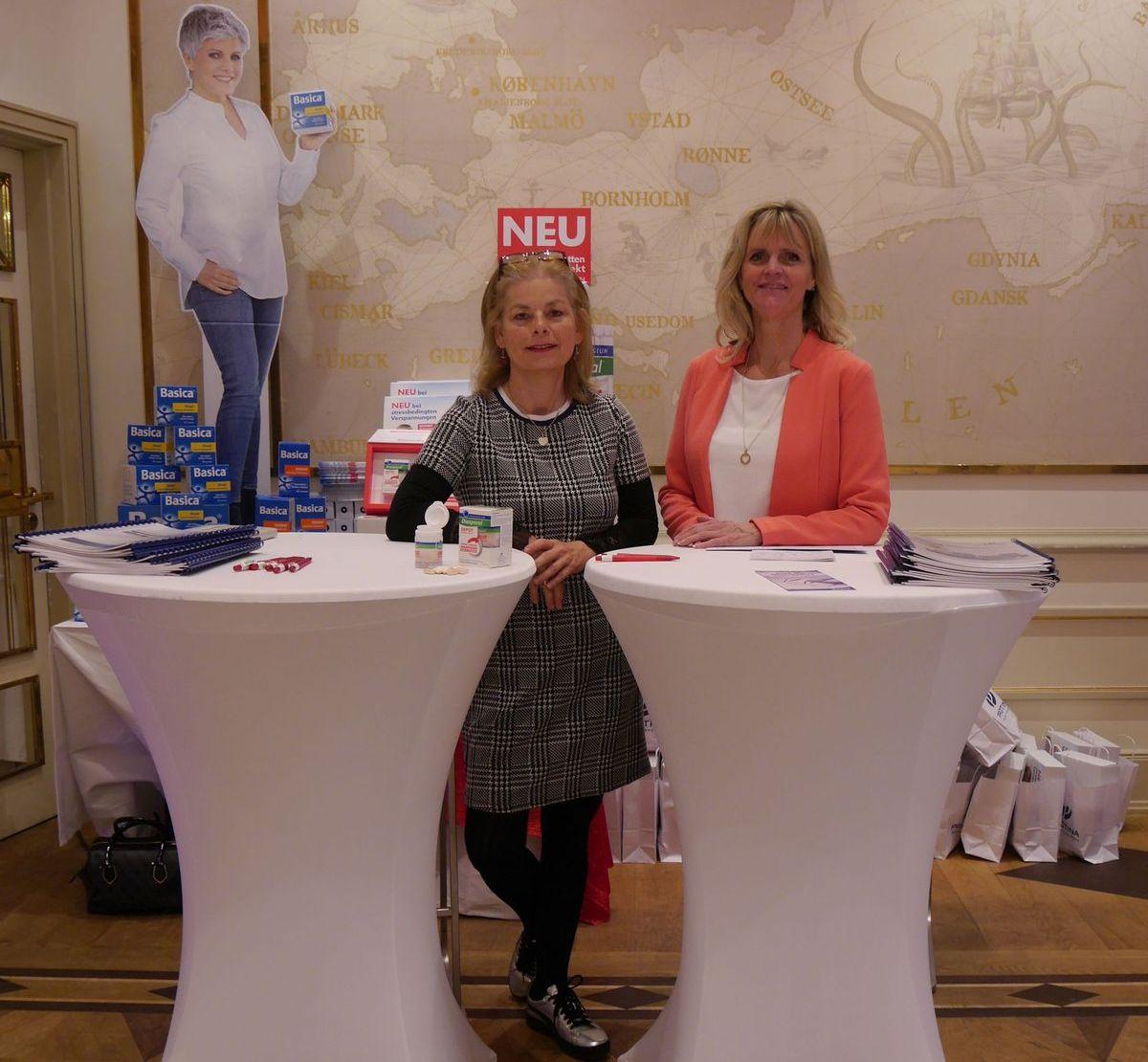 Andrea Beringer (links) von Protina kam mit Basica und Magnesium-Diasporal Depot nach Hamburg