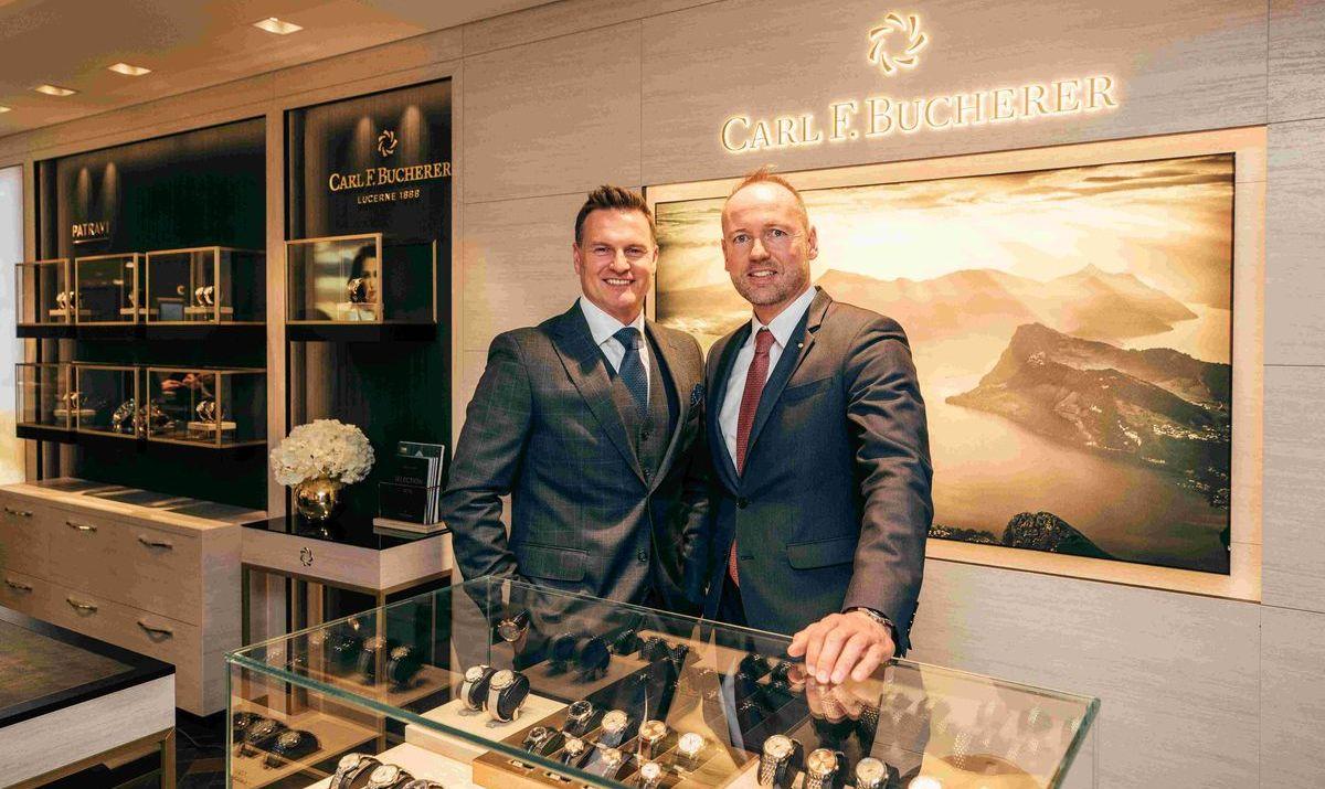 Sascha Moeri und Daniel Gurtner, Direktor der Bucherer AG Interlaken. in der neuen Boutique