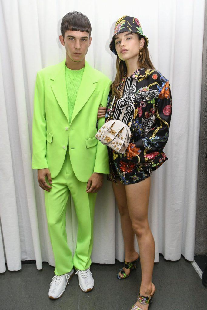 Bei Versace sind Männer in Neon zu sehen