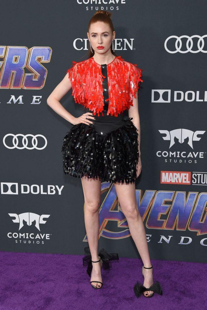 Auch Karen Gillan zeigt rote Farbakzente in ihrem Outfit (ddp images)