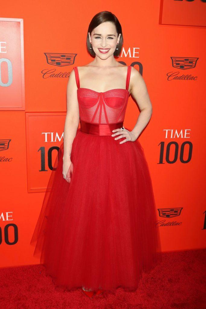 Emilia Clarke sticht mit Rot aus der Menge heraus (ddp images)