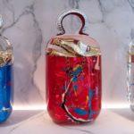 Taschenskulpturen aus Glas bei der Ausstellung von Fred Allard in Paris