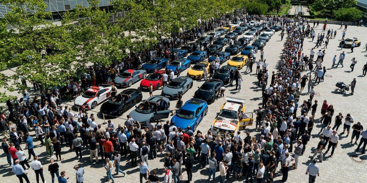 Audi hat vor Publikum auf der Piazza des Forum Ingolstadt exakt 38 neue R8 an ihre neuen Besitzer übergeben.