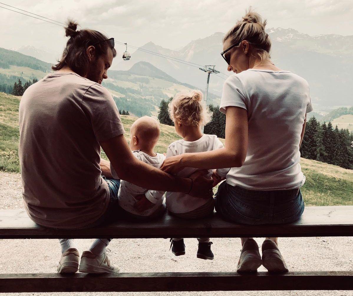 Fynn und Julia Kastner mit ihren Töchtern