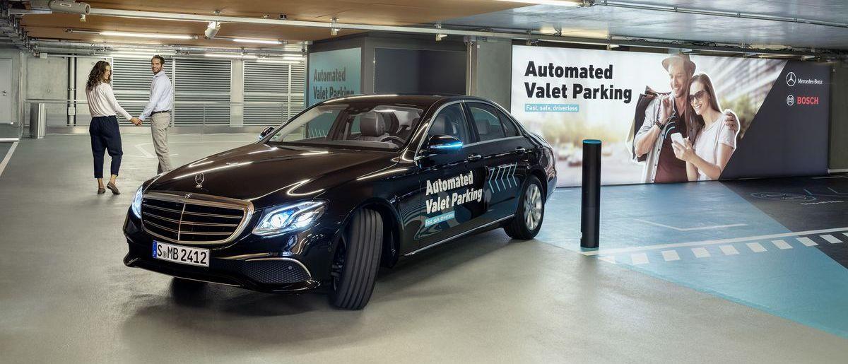 Fahrerloses Parken im Parkhaus des Mercedes-Benz-Museums in Stuttgart