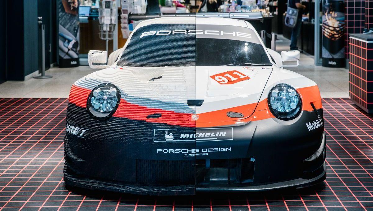 Halb-Halb: Porsche 911 RSR, der zur Hälfte aus Lego besteht