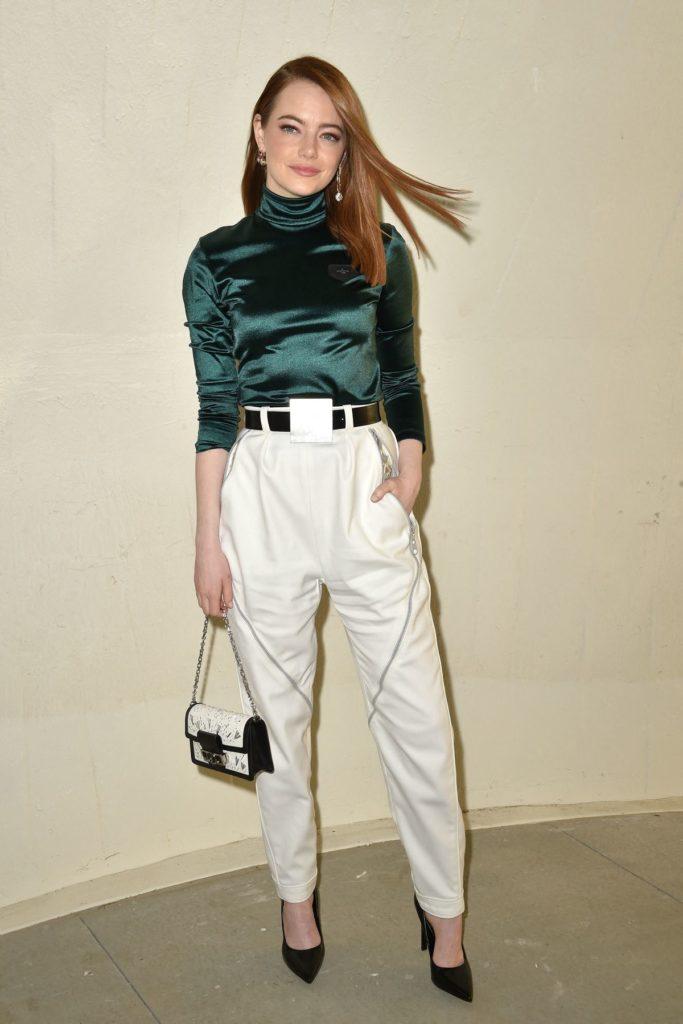 Emma Stone trägt obenrum herbstliches Grün.