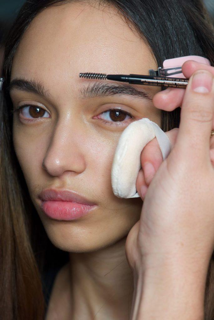 Prada-Models bekommen die neuesten Beauty-Trends