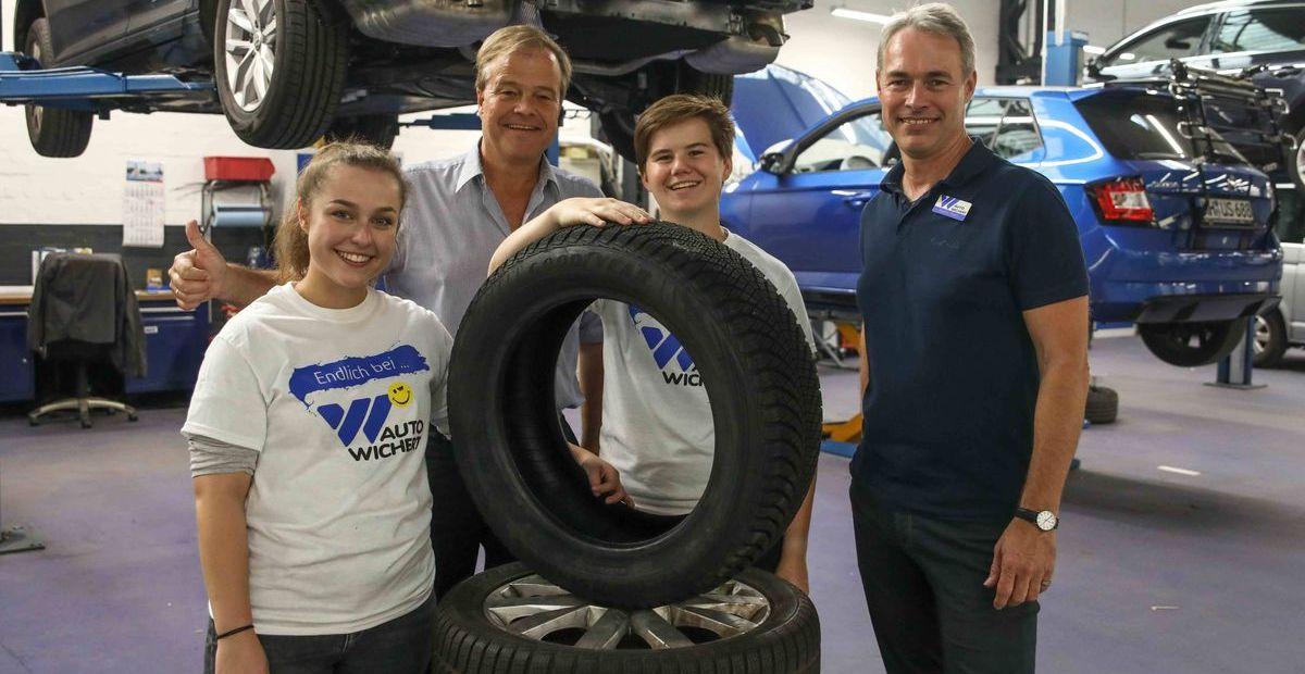 Chef Bernd Glathe mit Liza-Michelle Harrisson-Waters (21) und Riccarda Marie Wulf (18) und Martin Peetz.