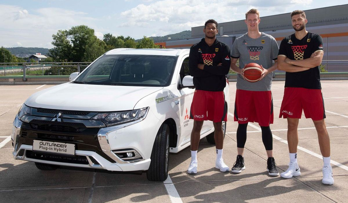 Die Basketball-Nationalspieler Karim Jallow (Eintracht Löwen Braunschweig), Robin Benzing (Basket Saragossa) und Maximilian Kleber (Dallas Mavericks) am Mitsubishi Outlander PHEV.
