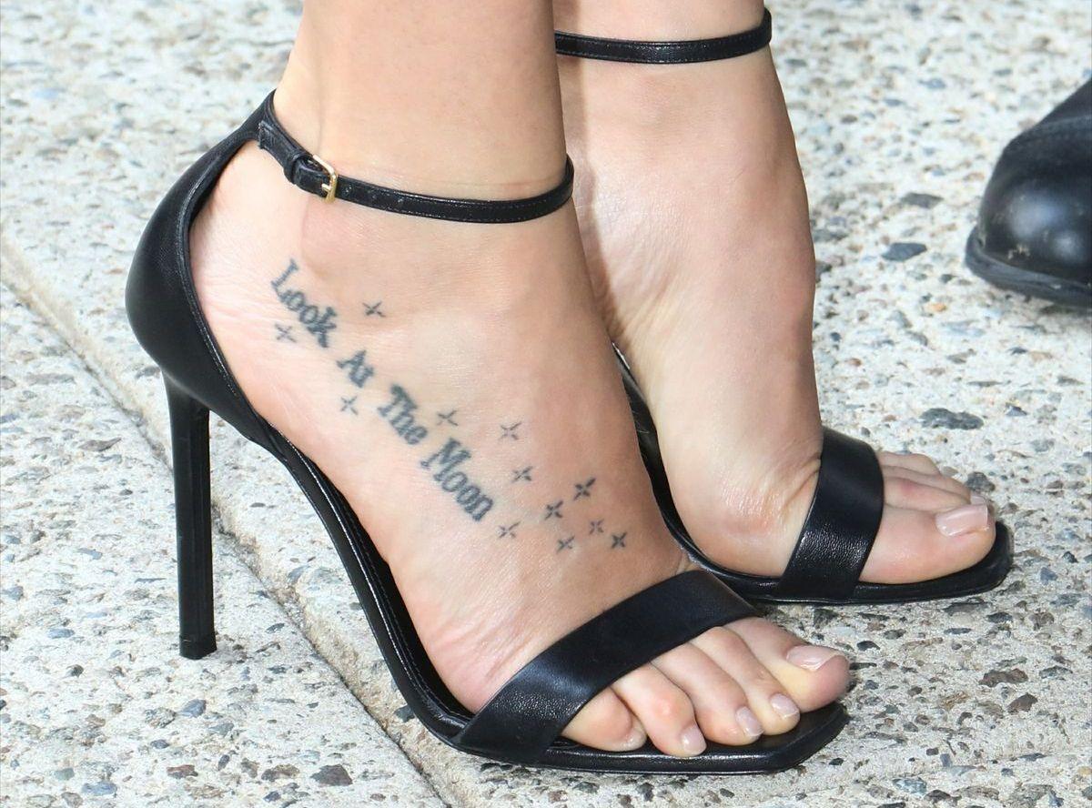 Dakota Johnson zeigt ihr Fuß-Tattoo in Amber Sandals von Saint Laurent (ddp images)
