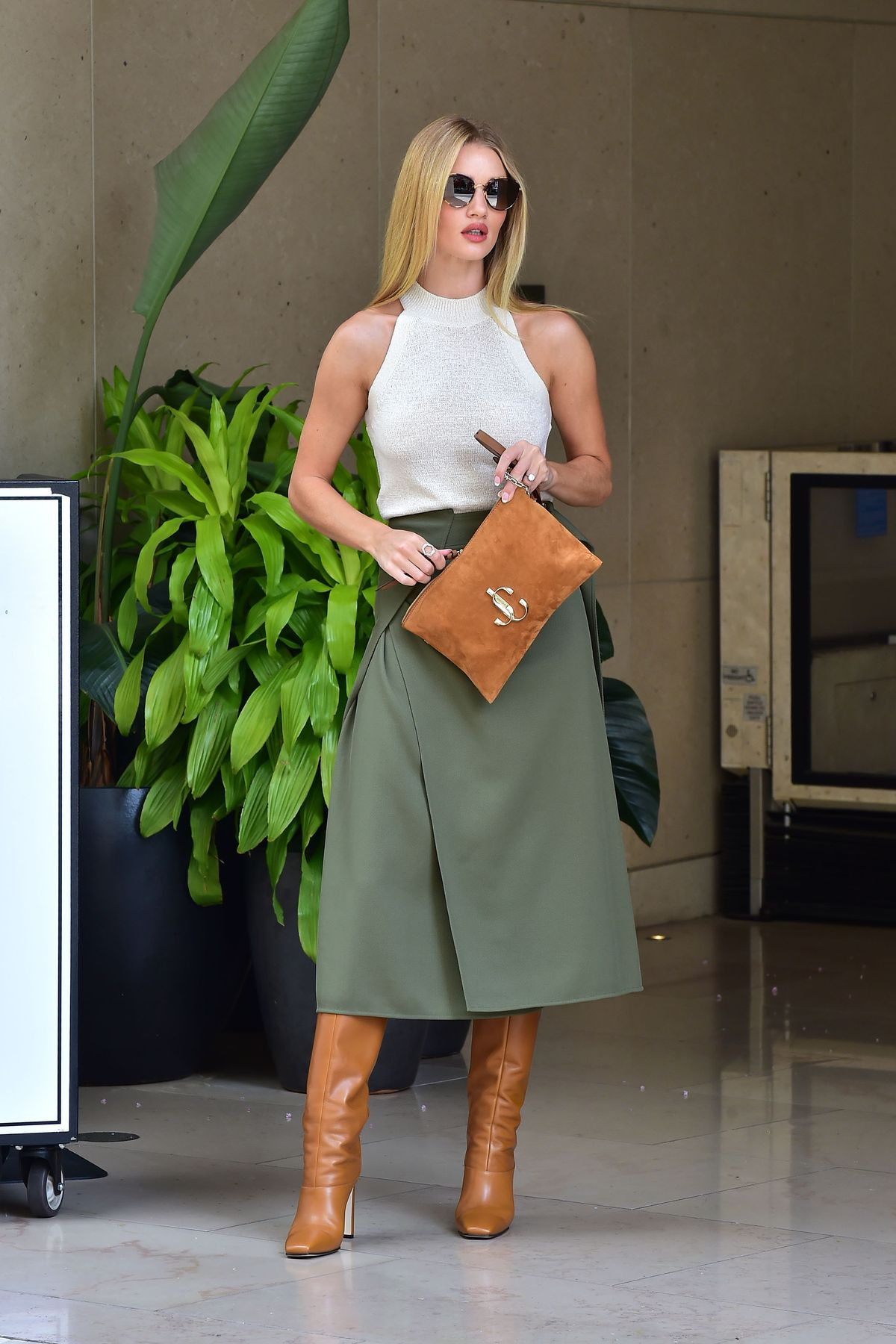 Rosie Huntington-Whiteley ist im eleganten Look unterwegs (ddp images)