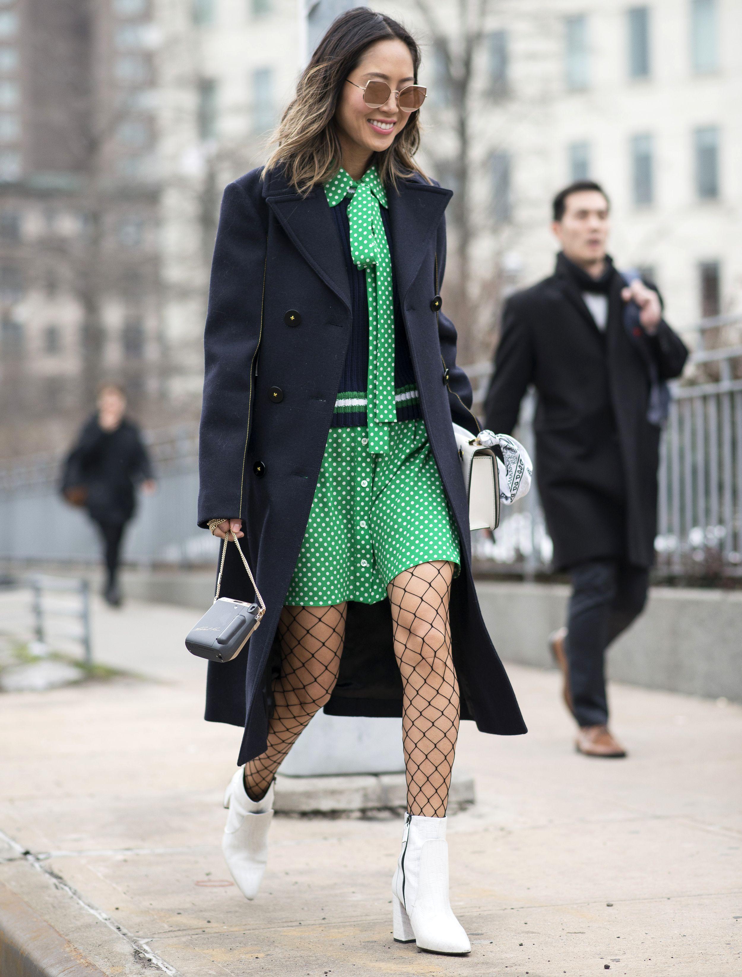 New York Fashion Week Fall: Weiße Stiefeletten als Street Style während der Show von Michael Kors (ddp images)