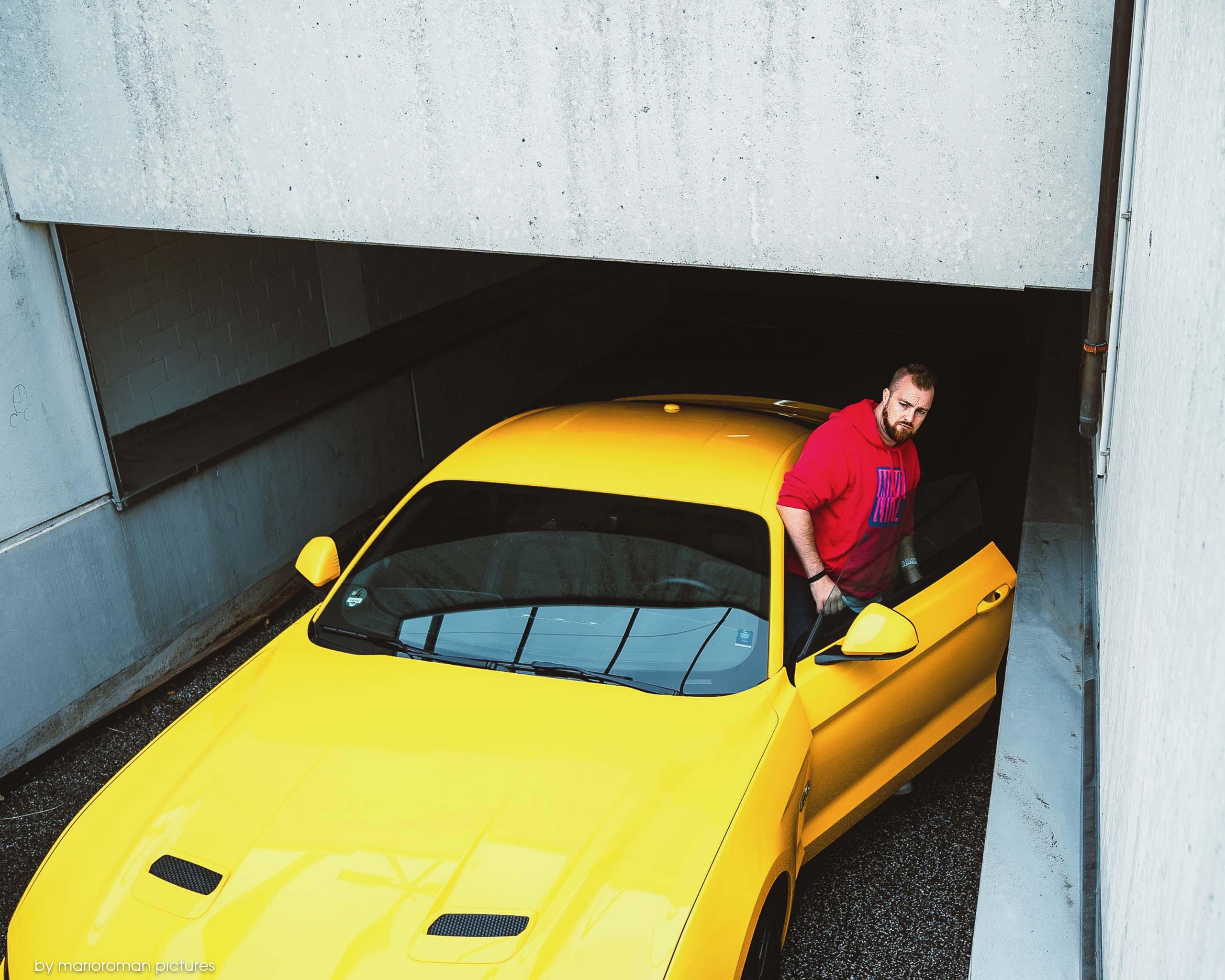 Autor Mario-Roman Lambrecht mit dem Ford Mustang GT (2019)
