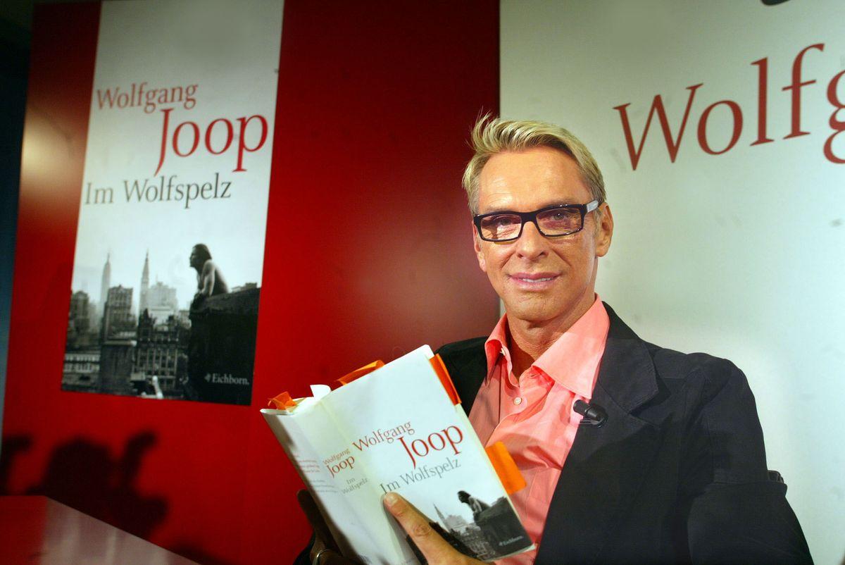 """2003: Wolfgang Joop auf Leserreise mit seinem ersten Roman """"Im Wolfpelz"""" (ddp images)."""