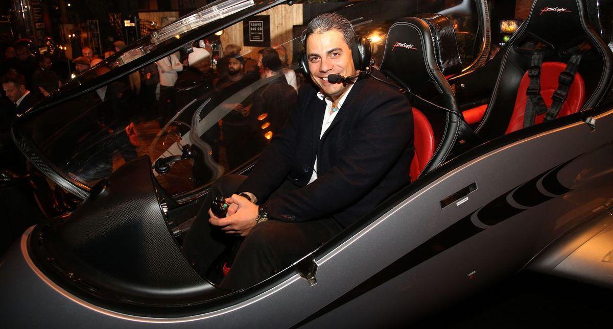 Entertainer Silva Gonzalez beim Probesitzen im Helikopter - das gibt es nur auf der Man's World (ddp images).