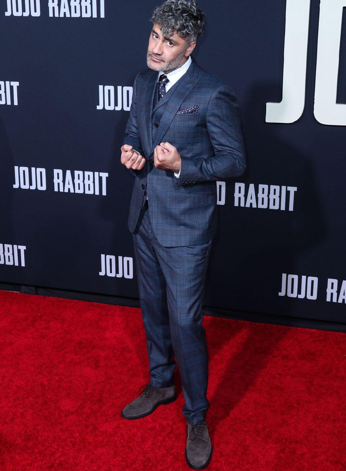 Filmregisseur Taika Waititi trägt einen klassischen Anzug mit Krawatte (ddp images).