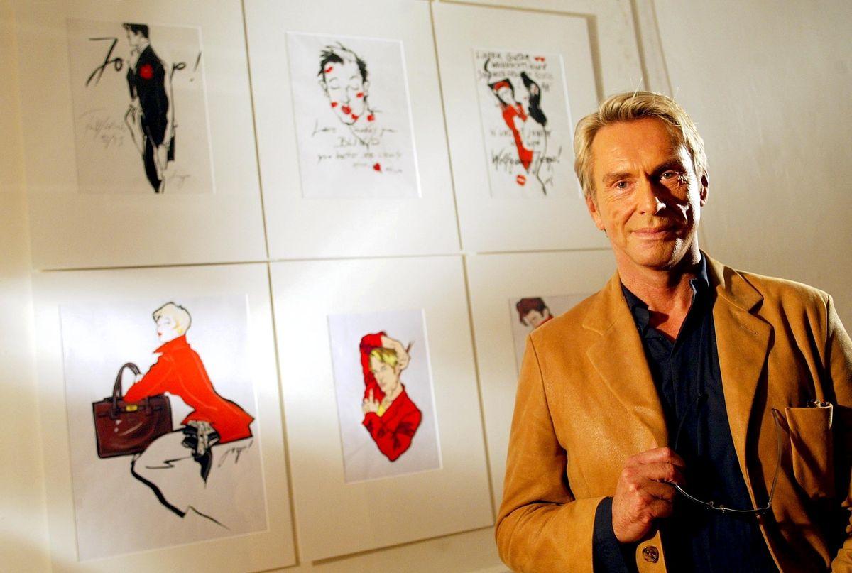 2002: Wolfgang Joop zeigt eigene Modezeichnungen (ddp images).