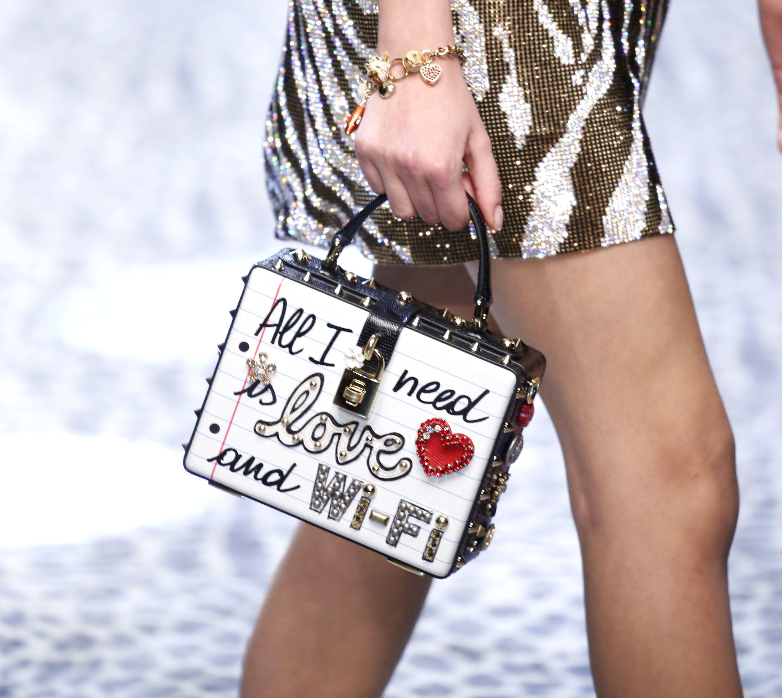 Milan Fashion Week Fall: Dolce & Gabbana mit deutlicher Message auf der Handtasche (ddp images)