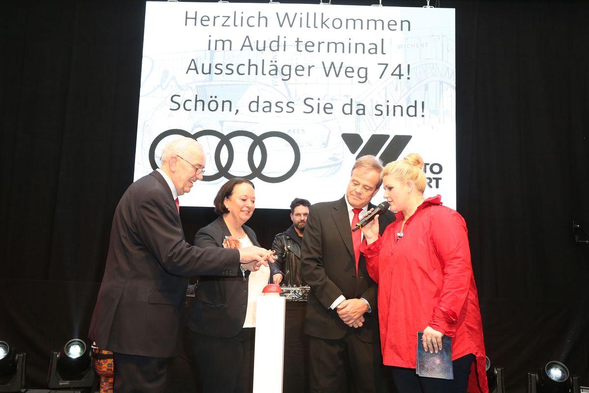 Bernd Glathe, Geschäftsführer Auto Wichert, und Gäste bei der Eröffnung