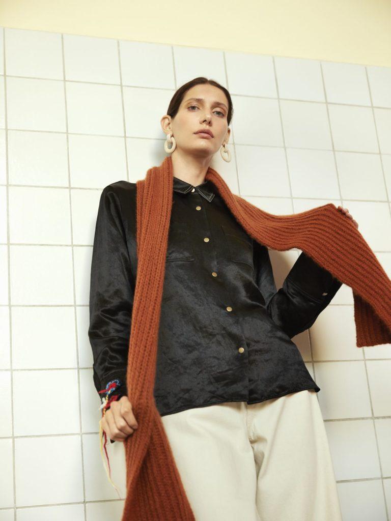 Der Schal in einem intensive Rostston wird im Patentmuster aus reinem Kaschmirgarn gestrickt