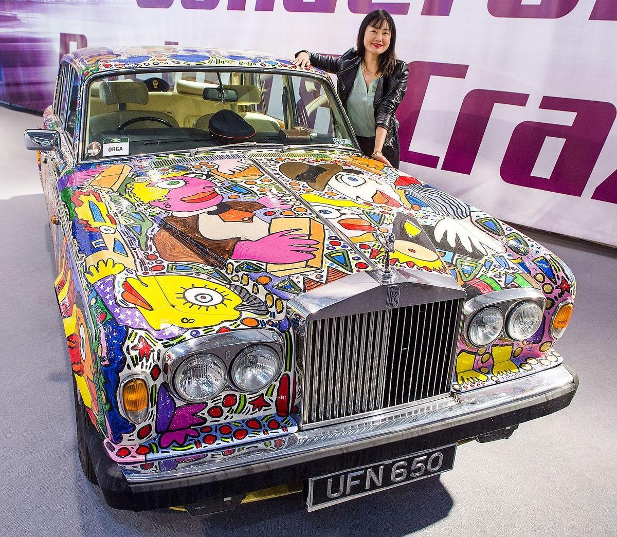 Der Leipziger Pop-Art-Künstler Michael Fischer präsentiert in Essen einen Rolls Royce in James-Bond-Optik.
