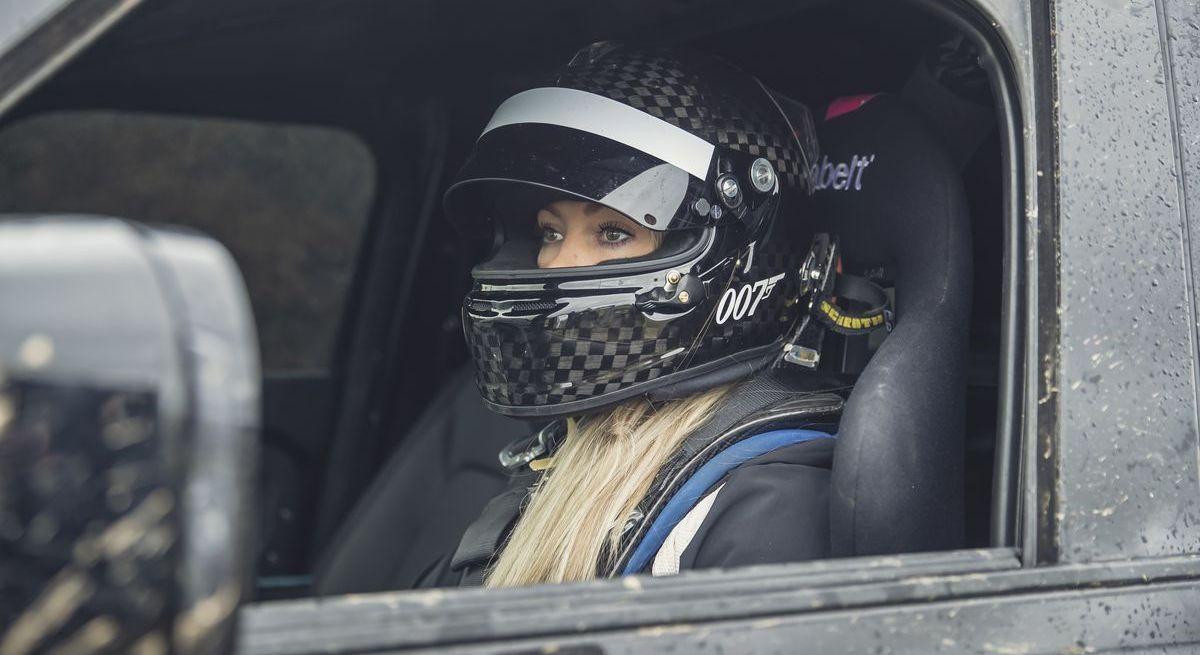 Stuntfahrerin Jessica Hawkins im Land Rover Defender