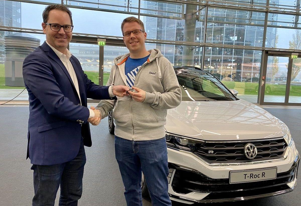 Peter Jost (l.), Leiter Verkauf und Marketing von Volkswagen, übergibt Marvin Klöpper in der Autostadt den ersten VW T-Roc R