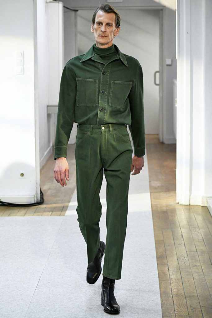 Model bei Lemaire zeigt schwarze Chelsea Boots (ddp images)