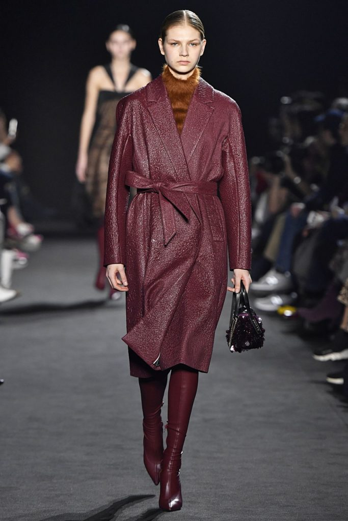Model bei Rochas trägt angesagte Stiefel (ddp images)