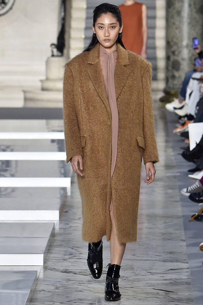 Model bei Kristina Fidelskaya trägt glänzende Stiefeletten (ddp images)
