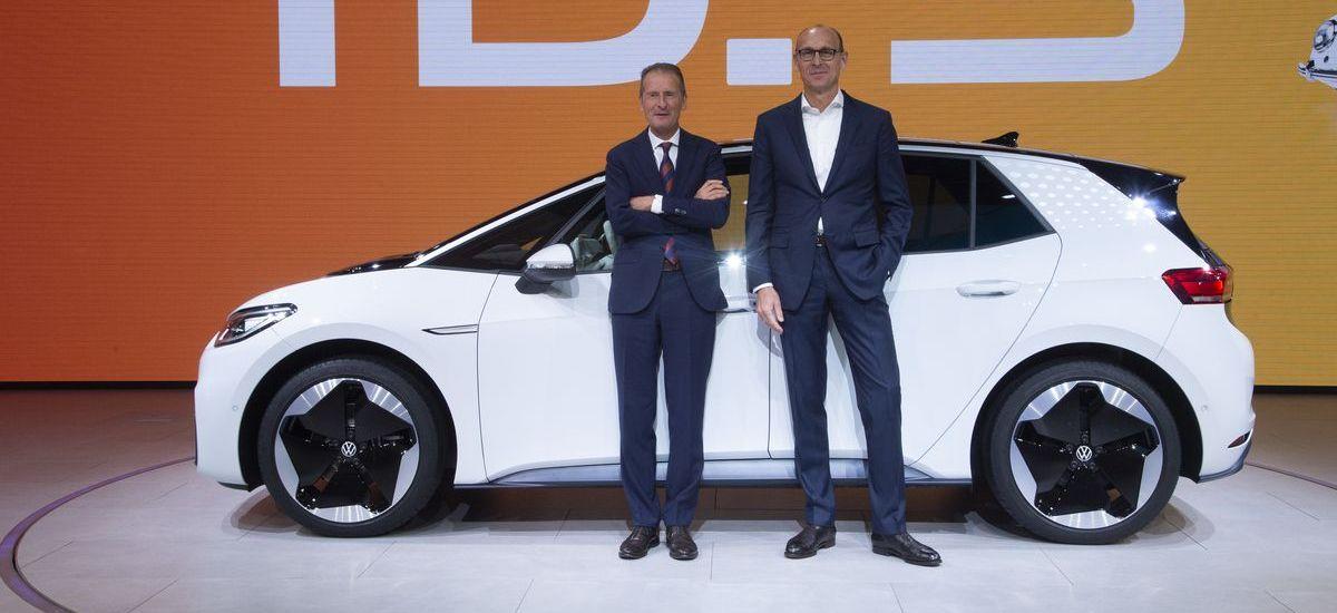 Herbert Diess, Vorstandsvorsitzender Volkswagen AG, und Ralf Brandstätter, Marken-COO Volkswagen, mit dem ID3 (ddp images)