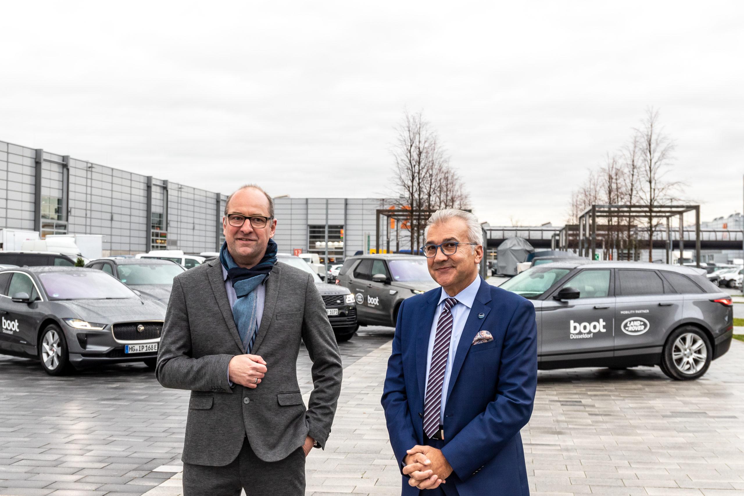 Michael Küster, JLR Produktmanagement (links), und Petros Michelidakis, Direktor der Boot Düsseldorf (rechts)