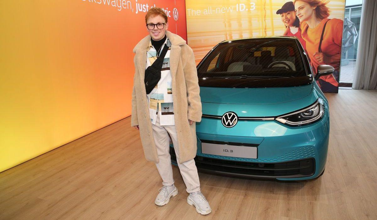 Blogger Erik Scholz mit dem Volkswagen ID3