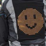 Diese Radfahrer-Jacke redet mit Autofahrern