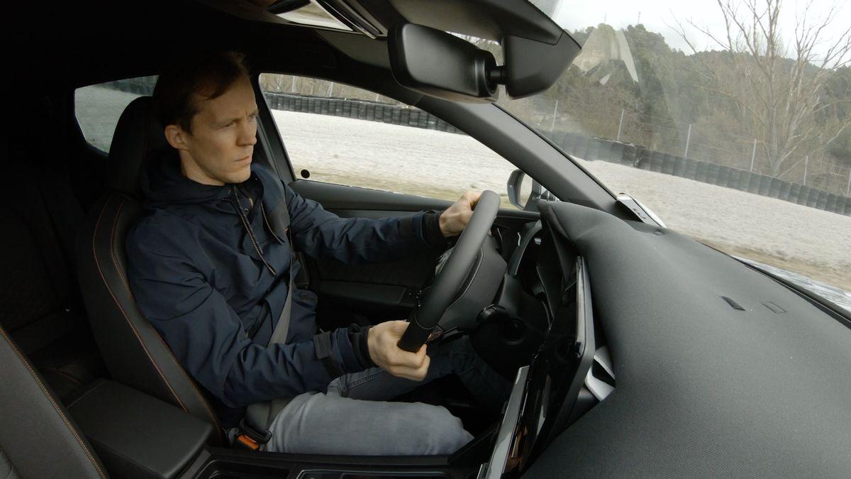Der Cupra Formentor erhält auf der Rennstrecke die letzten Feinabstimmungen. Am Steuer sitzt Mattias Ekström.