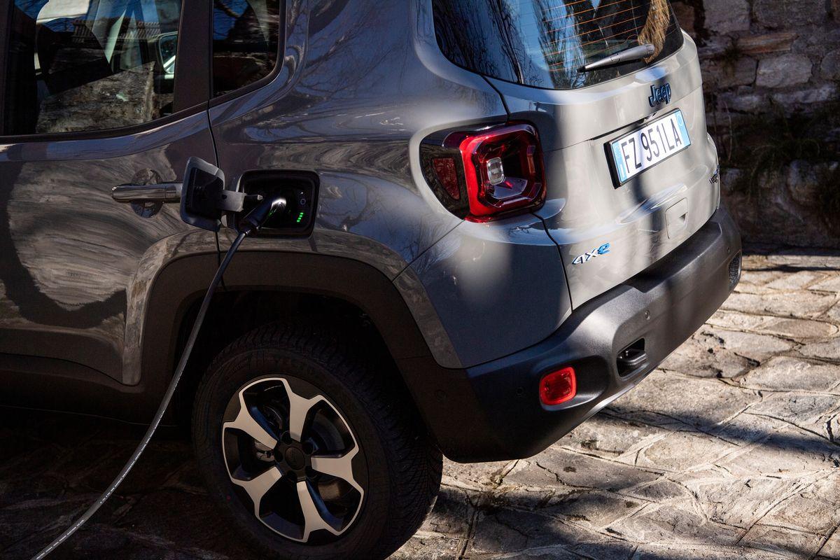 Jeep Renegade 4xe an einer Easy Wallbox von Fiat Chrysler