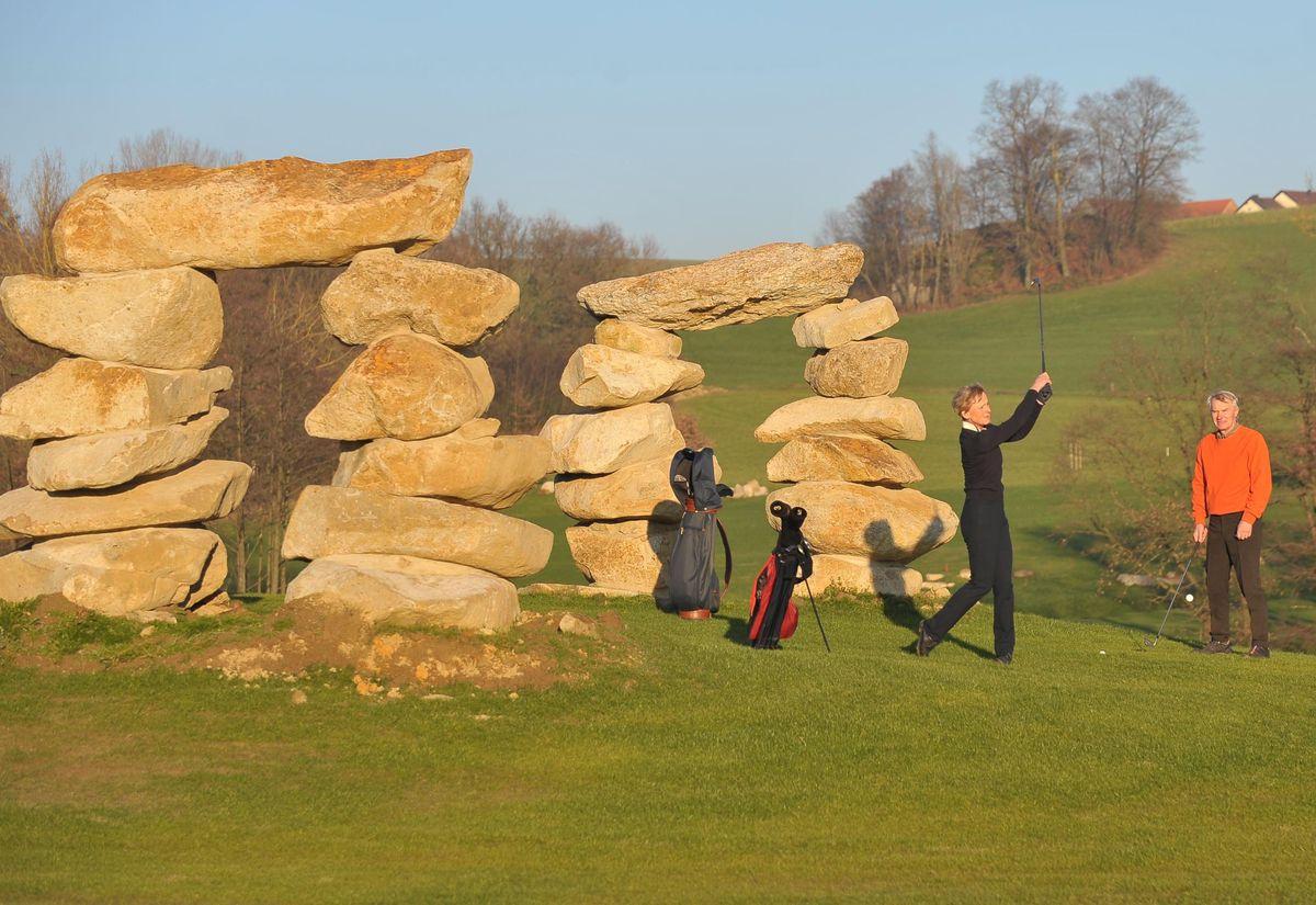Besser Golfen mit Yin und Yang: Auf Deutschlands erstem Feng-Shui-Golfplatz im niederbayerischen Bromberg bei Passau ist alles nach der uralten asiatischen Harmonielehre ausgerichtet. Auch Steintore sollen den Golfern positive Energie für den perfekten Abschlag geben.