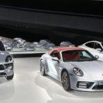 Silberne Porsche im eigenen Pavillon