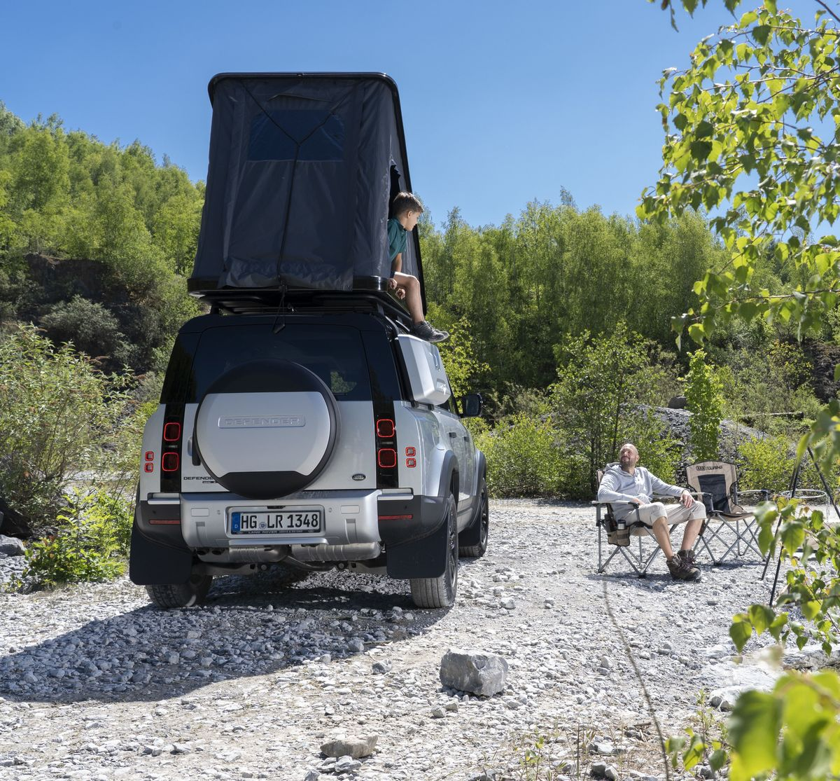 Land Rover vermietet den Defender 110 auf Wunsch auch mit Dachzelt, Fahrradträger und Campingmobiliar.
