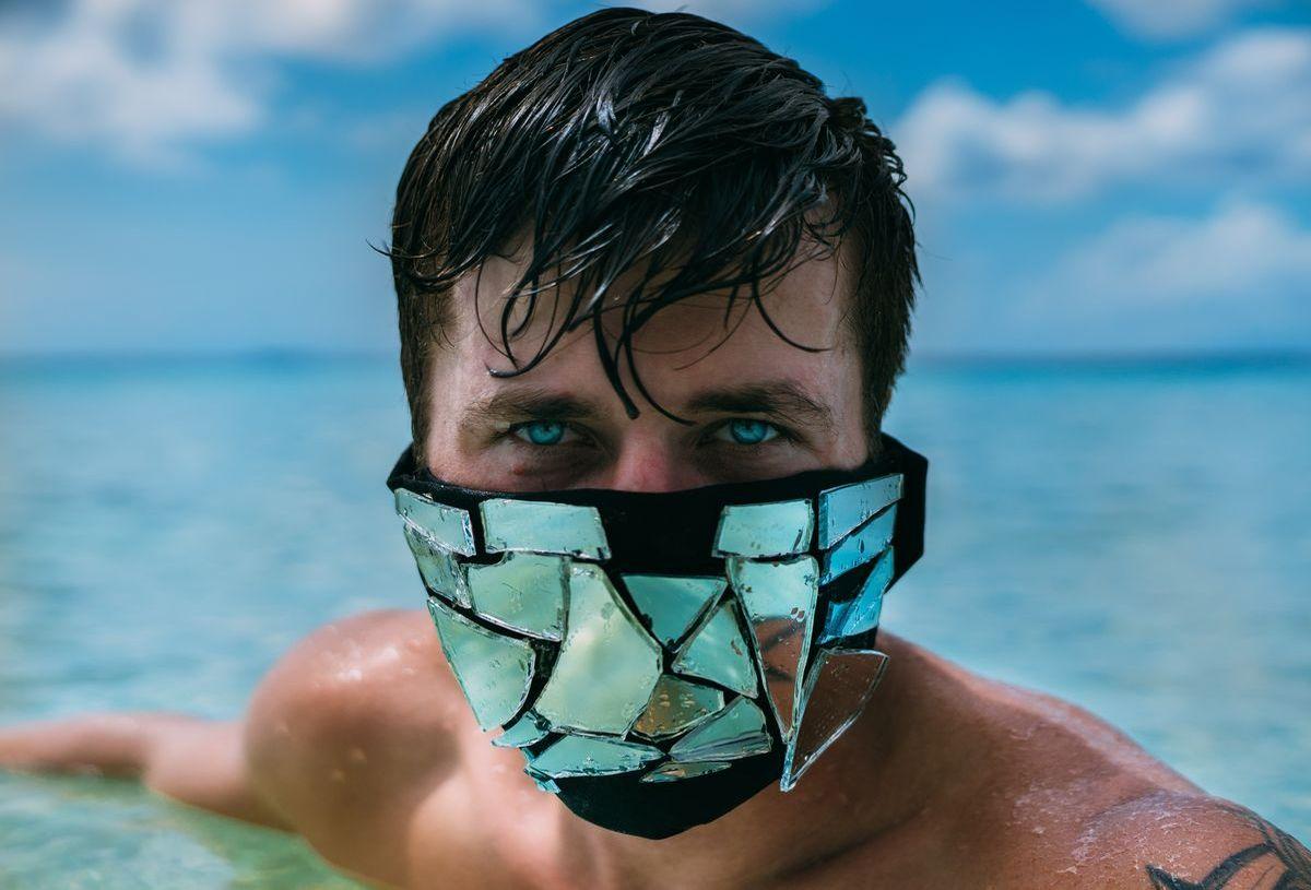 Nackt bis auf die Atemschutzmaske