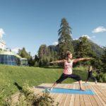 Luxus-Yoga vor der Bergkulisse