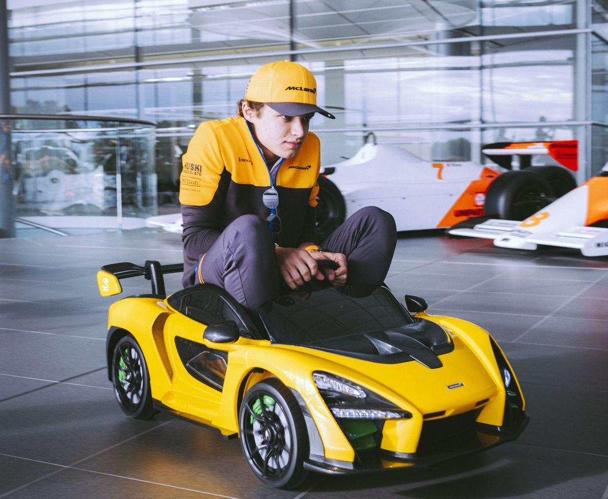 Lando Norris testet den McLaren Senna Ride-On