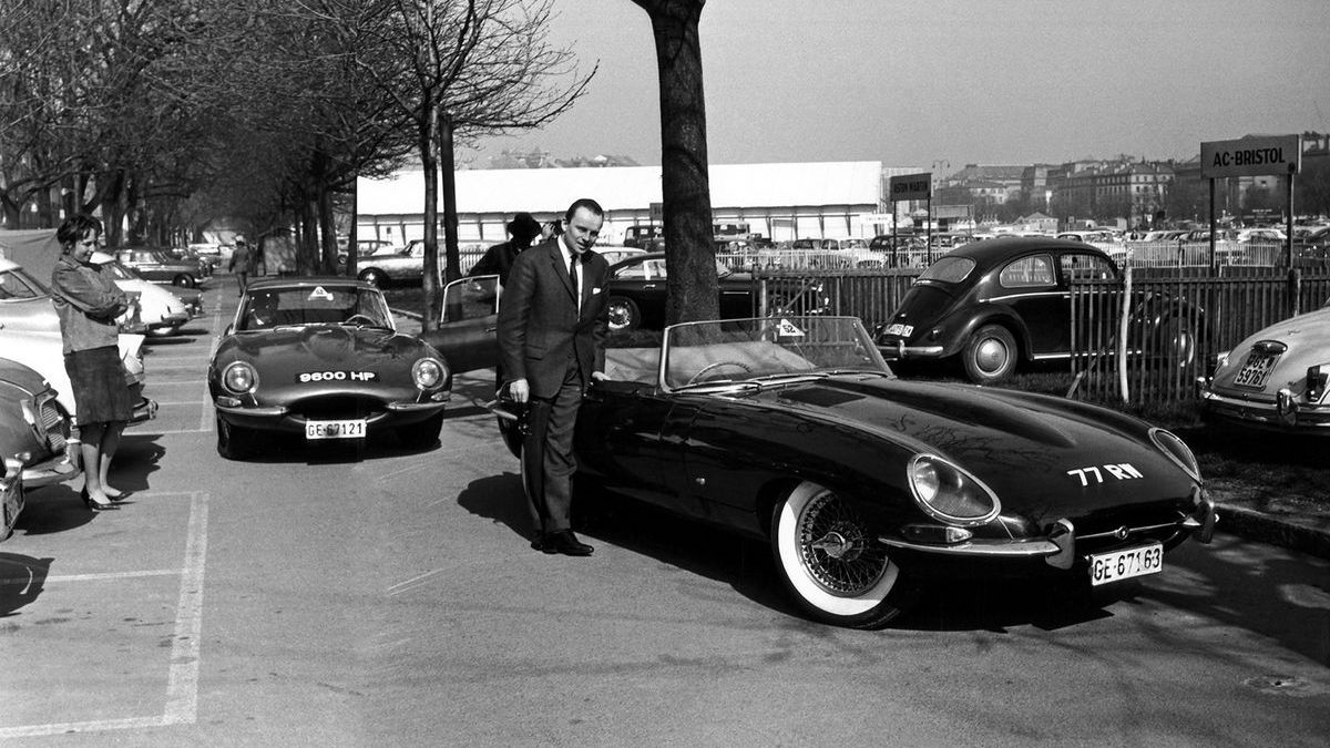 """Genf 1961: Jaguar E-Type """"77 RW"""" und """"9600 HP"""" stehen für Demonstrationsfahrten (hier mit dem belgischen Importeur Jacques de Clippel) bereit"""