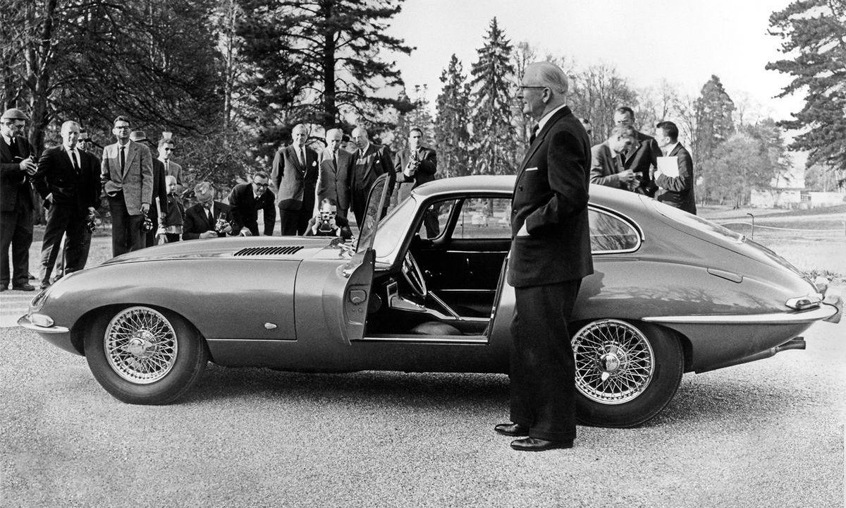 """Genf 1961: Firmengründer Sir William Lyons präsentiert Medienvertretern den E-Type """"9600 HP"""" im Parc des Eaux Vives"""