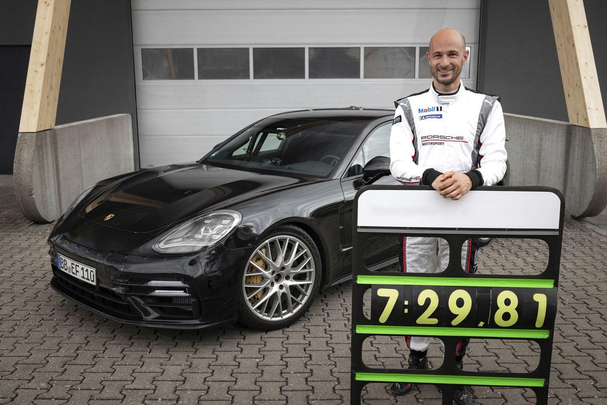 Testfahrer Lars Kern fuhr mit dem Porsche Panamera eine neue Bestzeit für Oberklassefahrzeuge auf dem Nürburgring