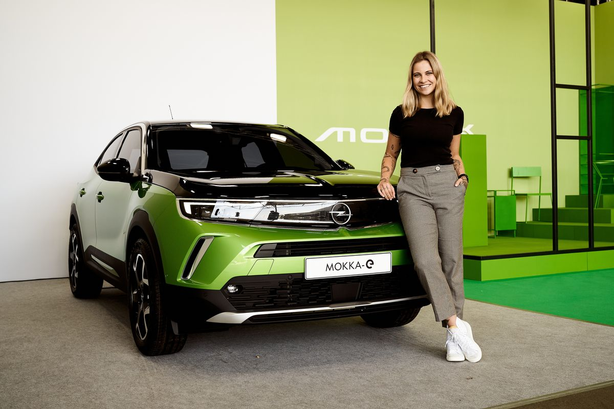 Influencerin Melina mit dem Opel Mokka-E