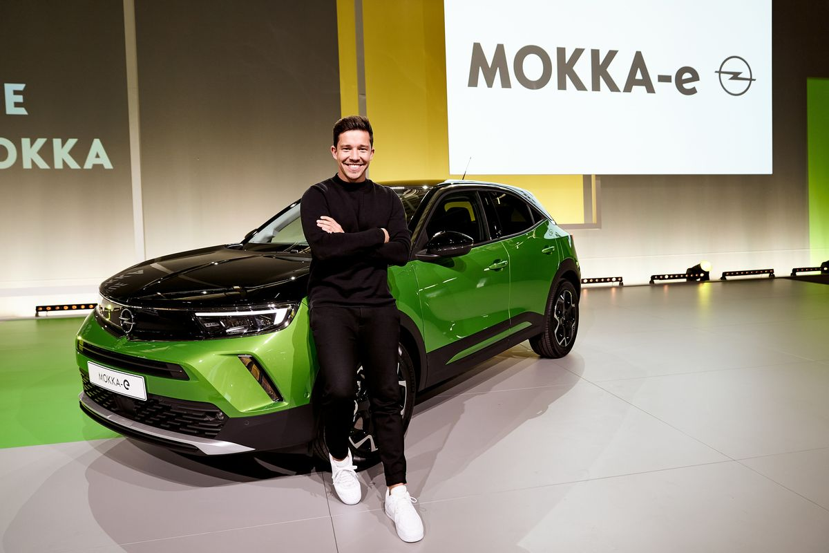 Nico Santos mit dem Opel Mokka-E