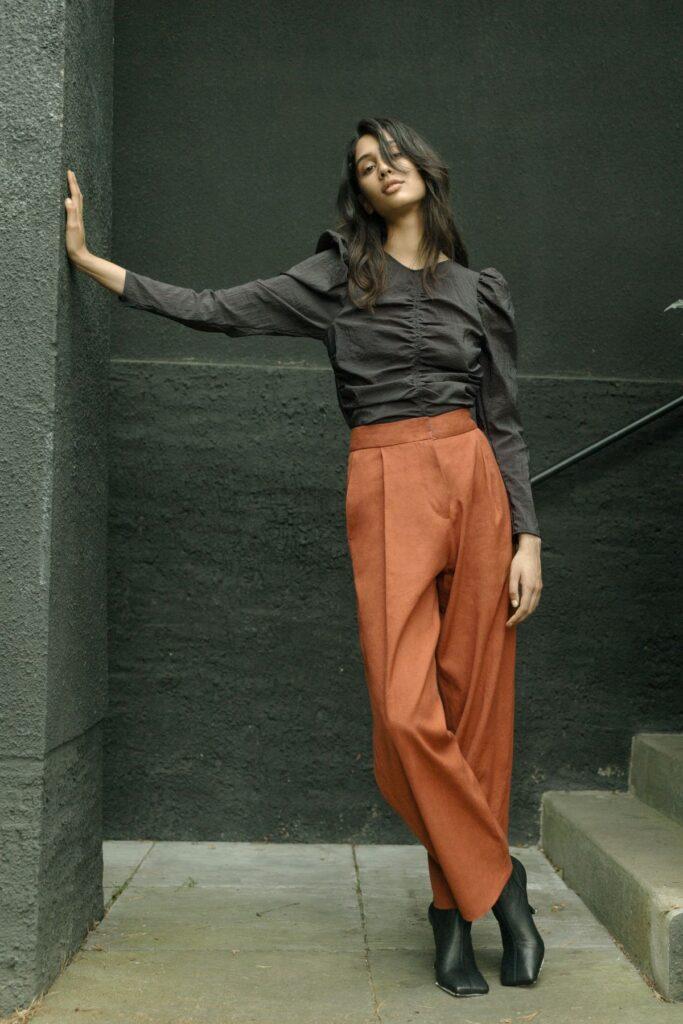 Die Hose kann aus leichteren ebenso wie aus festeren Stoffen genäht werden und setzt etwas Näherfahrung voraus.