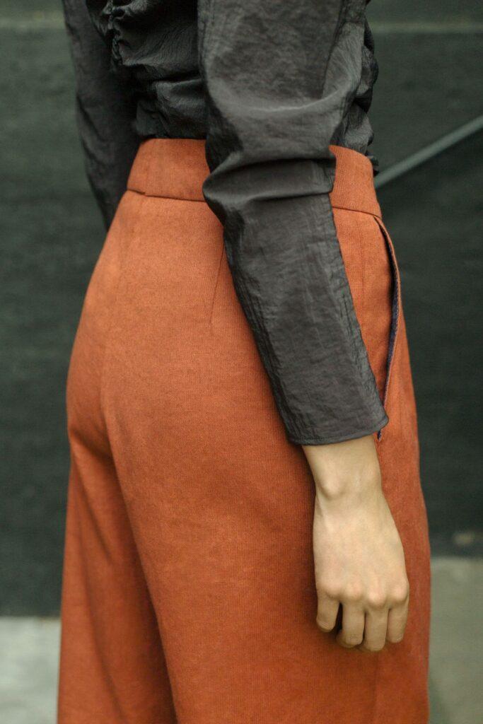 Weites Bein und leicht verkürzte Form: Die Hose Beril ist up to date und zeitlos schön zugleich.